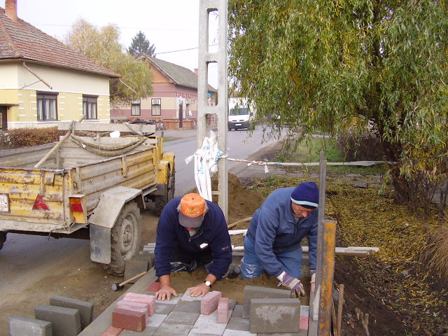 A díszburkolat építése