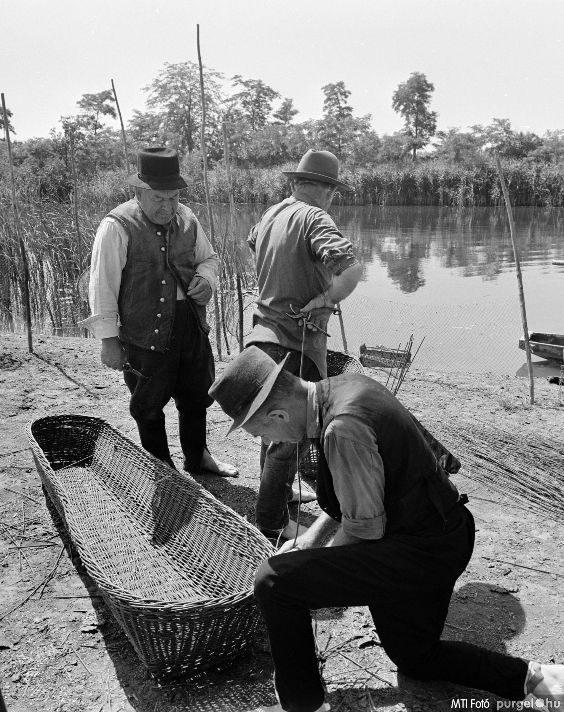 Fűzfavessző koporsó készítés I. Szegvár, 1970. július 3.